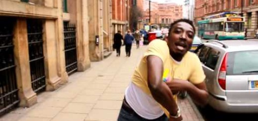 Video: Bovi off his shirt in the street of London